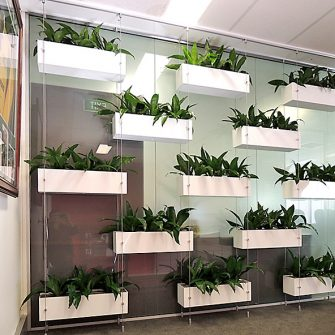 WIRE WALL WITH RECTANGULAR PLANTERS